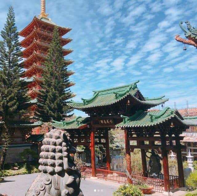 Rực rỡ trước khung cảnh của Chùa Minh Thành. (Ảnh ST)