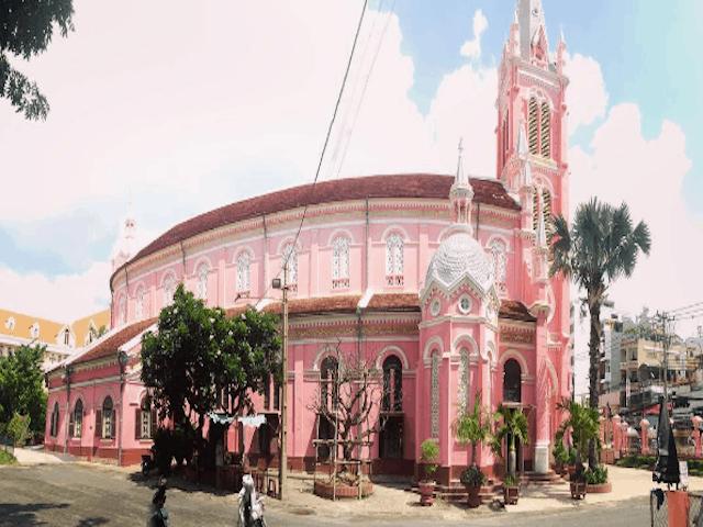 Phong cách Roma cổ điển với kiến trúc độc đáo tạo nên một vẻ đẹp lộng lẫy trong ánh nắng Sài Gòn