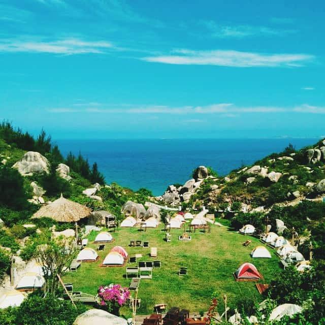 Du khách có thể thuê những chiếc lều đầy màu sắc để cắm trại qua đêm với giá 300.000đ