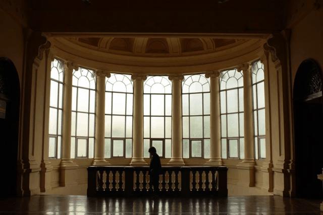 Không gian kiến trúc cổ kính bên trong Bảo tàng Thành phố Hồ Chí Minh cũng được nhiều bạn trẻ tìm đến tham quan và chụp hình