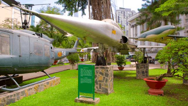 Khu vực triển lãm ngoài trời trong Bảo tàng Thành phố Hồ Chí Minh