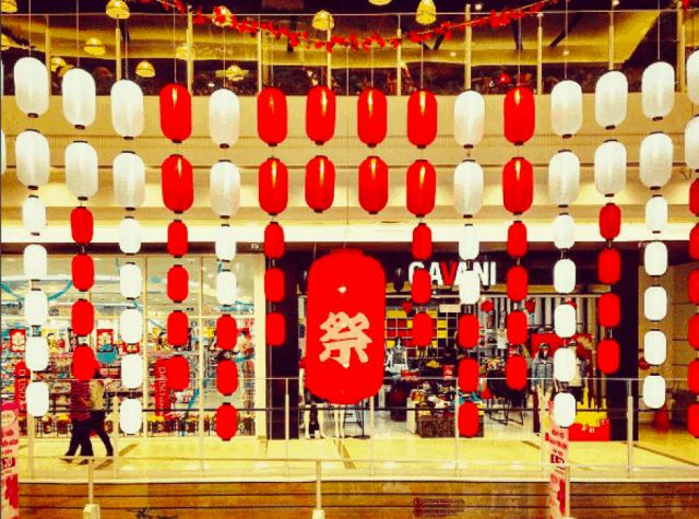 Trang trí lồng đèn bên trong AEON Mall Bình Tân