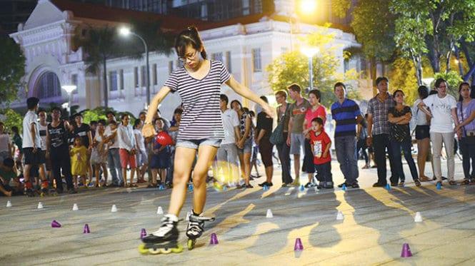 Có nhiều hoạt động vui chơi cho các bạn trẻ tại phố Nguyễn Huệ