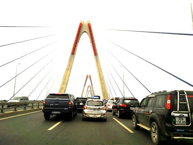 Các phương tiện đi lại trên cầu Nhật Tân