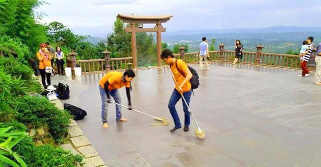 Giữ gìn vệ sinh chung tại Chùa Linh Quy Pháp Ấn