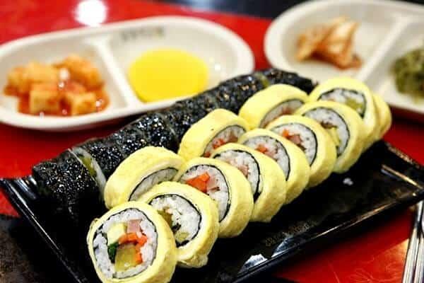 Món Gimbab luôn hấp dẫn những tín đồ của ẩm thực Hàn
