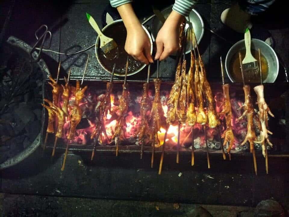 Chân gà nướng Ngõ Gạch cũng là món ngon đáng thử khi ăn uống ở phố cổ