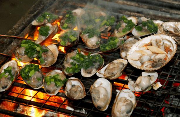 nghêu nướng là đặc sản biển tân thành