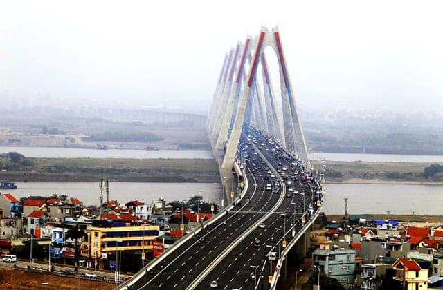 Giao thông tấp nập trên cầu Nhật Tân