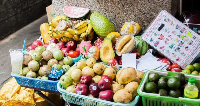 Có rất nhiều loại trái cây cho bạn lựa chọn tại các cửa hàng sinh tố trên phố Bùi Viện