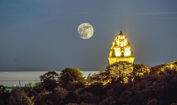 Vẻ đẹp huyền ảo của tháp Nhạn vào một đêm trăng rằm (Ảnh: ST)