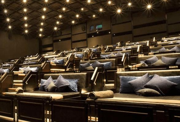Nhiều rạp chiếu phim áp dụng nằm để xem phim