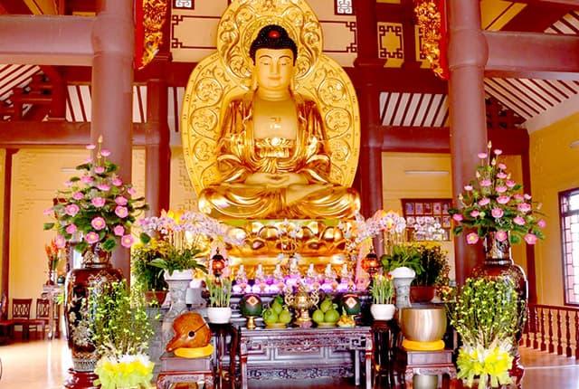 Tượng Phật mạ vàng toát lên vẻ uy nghiêm mà hiền từ