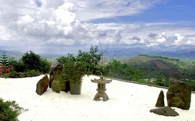 Vườn sỏi trắng tại Chùa Linh Quy Pháp Ấn