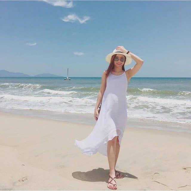 Tự do pose dáng tại bãi biển Hà My không sợ bị người lạ lọt vào khung hình (Ảnh:ST).