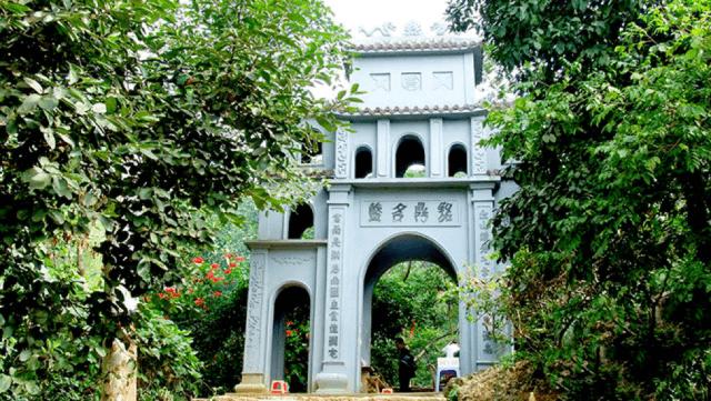 Lối lên tam quan chùa cổc