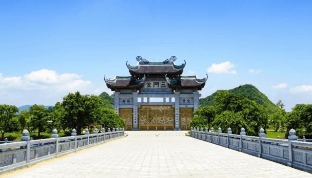 Tam quan chùa từ trong nhìn ra