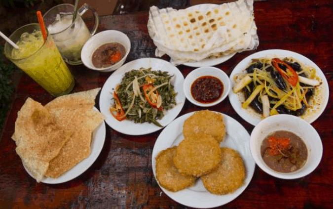Món ăn vặt trong chợ Hoa Bình (Ảnh ST)
