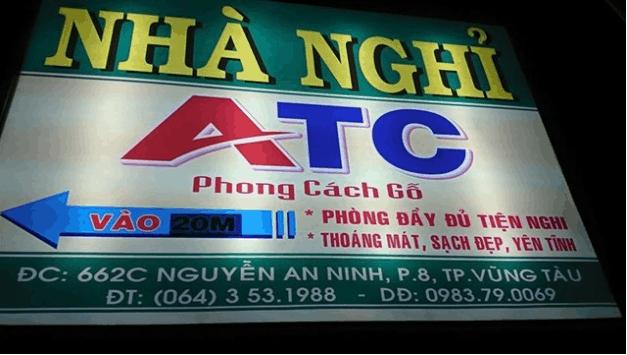 Biển quảng cáo của nhà nghỉ ATC được treo ở đầu ngõ