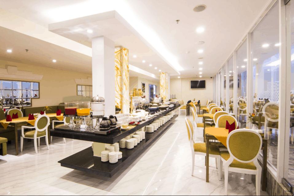 Nhà hàng rộng phục vụ du khách ăn uống