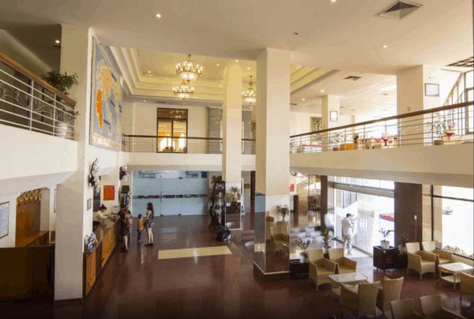Sảnh đón khách của khách sạn Bưu Điện rất lớn