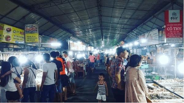Chợ đêm Vũng Tàu rất đông khách đến ăn đêm