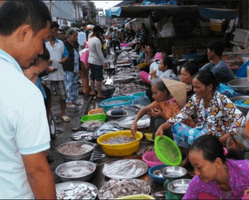 Chợ đông nghịt khách du lịch và người dân địa phương đến mua hàng