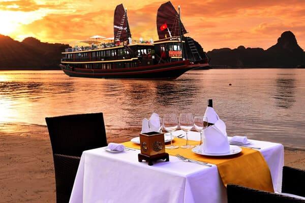 Bữa tối lãng mạn trên Vịnh Hạ Long