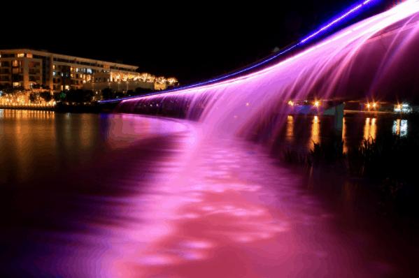 Cầu Ánh Sáng thu hút rất nhiều du khách tới tham quan