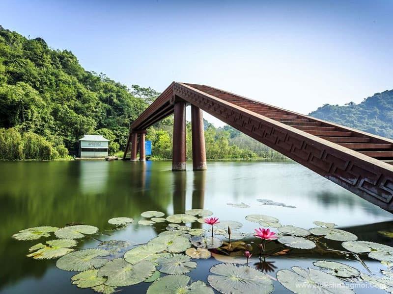 Cầu Hội trên dòng suối Yến