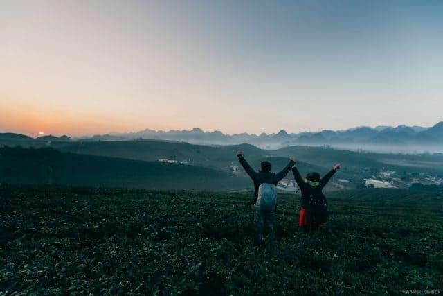 Hoàng hôn lãng mạn trên đồi chè trái tim