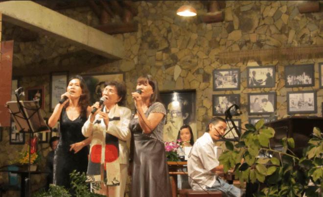 Hình ảnh du khách giao lưu âm nhạc với hội quán Hội Ngộ