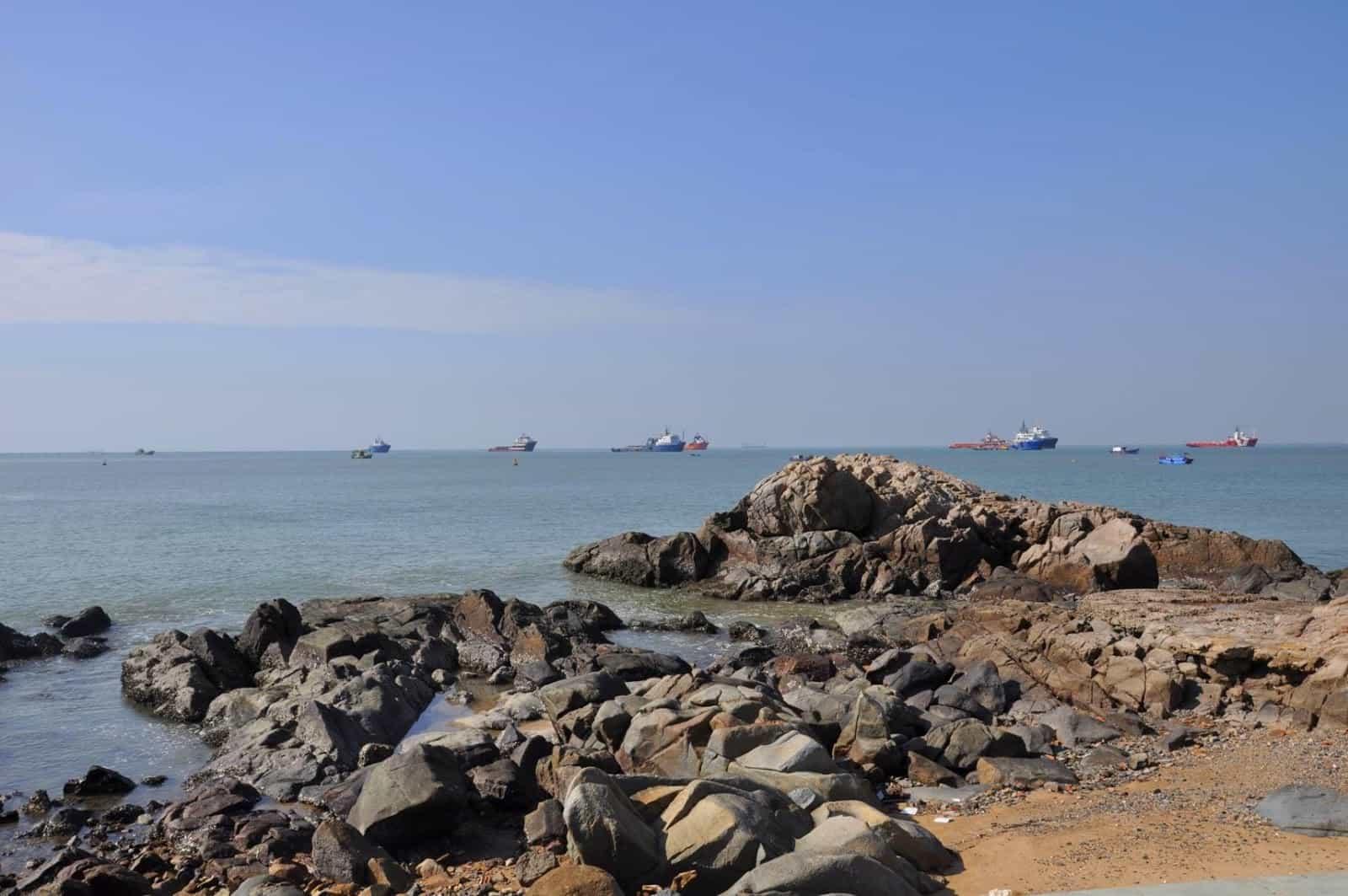 Hòn Ngưu là một bãi đá nhô ra biển