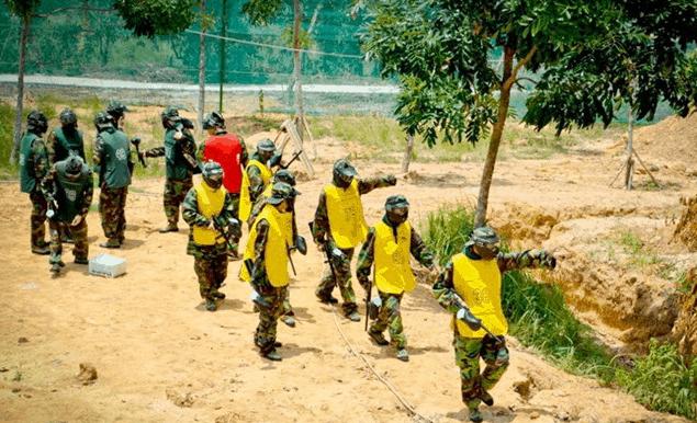 Hình ảnh các bạn trẻ đang chuẩn bị vào khu bắn súng sơn tại BCR