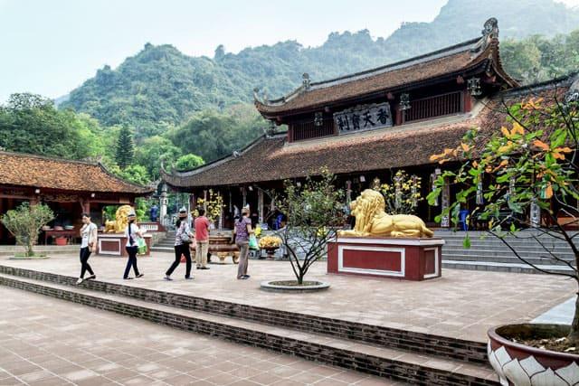 Chùa Hương với kiến trúc cổ kính