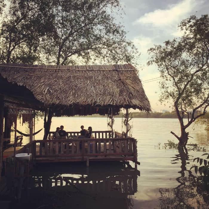 Thả hồn ngắm cảnh trên những ngôi nhà bên sông