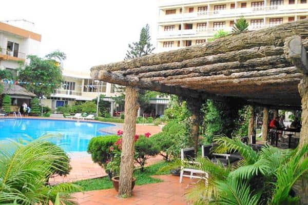 Khách sạn có cả bể bơi ngoài trời cùng nhiều tiện ích khác