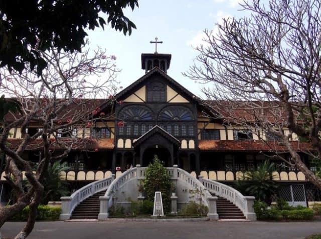 Sự kết hợp hài hoà giữa kiến trúc Phương Tây với kiến trúc truyền thống của người Việt Nam (Ảnh sưu tầm)