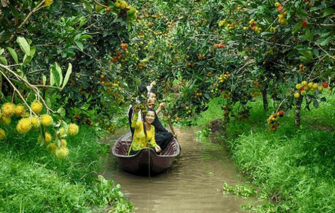 Ngồi xuồng qua các con mương ở vườn trái cây Vàm Xáng (Ảnh ST)