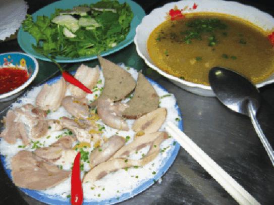 Bánh hỏi và lòng heo là một món ăn ngon ở Sài Gòn (Ảnh ST)