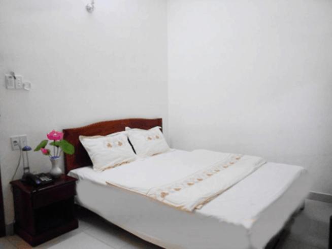 Thiết kế phòng ngủ đầy đủ nội thất và gọn gàng của khách sạn