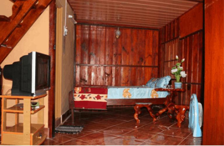 Phòng ngủ được thiết kế rất đặc biệt hầu hết nội thất làm bằng gỗ