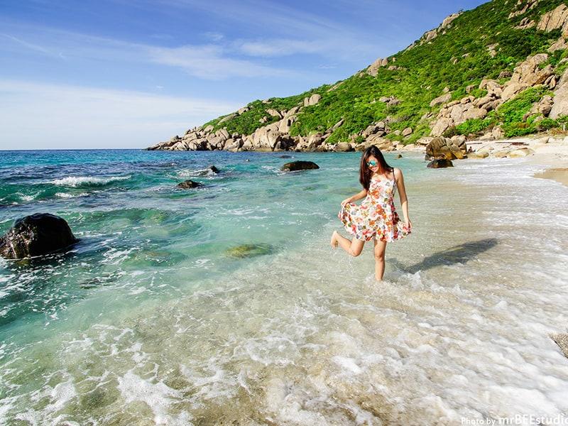 Vẻ thơ mộng thướt tha trên bãi biển Bình Ba. (Ảnh ST)