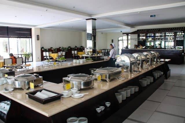 Khu vực nhà hàng tại Côn Đảo Resort phục vụ rất nhiều món hải sản tươi ngon, hấp dẫn