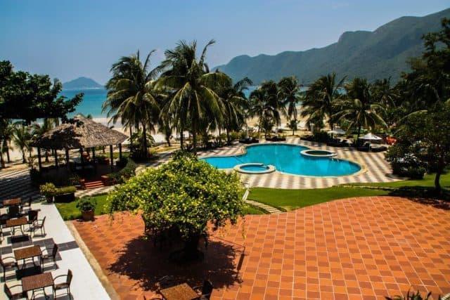 Bể bơi ngoài trời tại khu nghỉ dưỡng