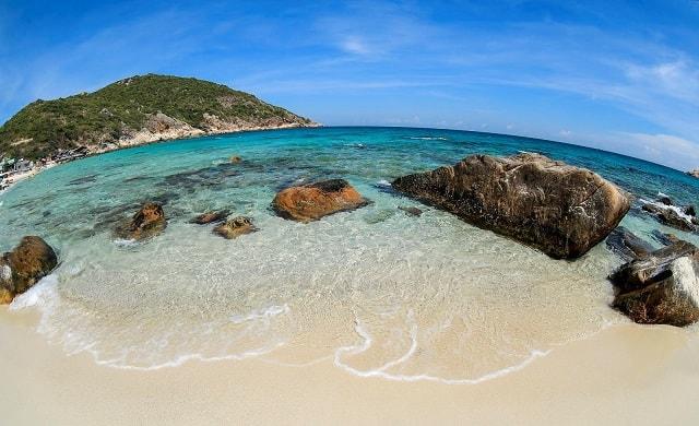 Làn nước trong vắt của Bãi Nồm chắc chắc sẽ khiến bạn muốn lao nhanh xuống biển để hòa mình vào biển xanh.