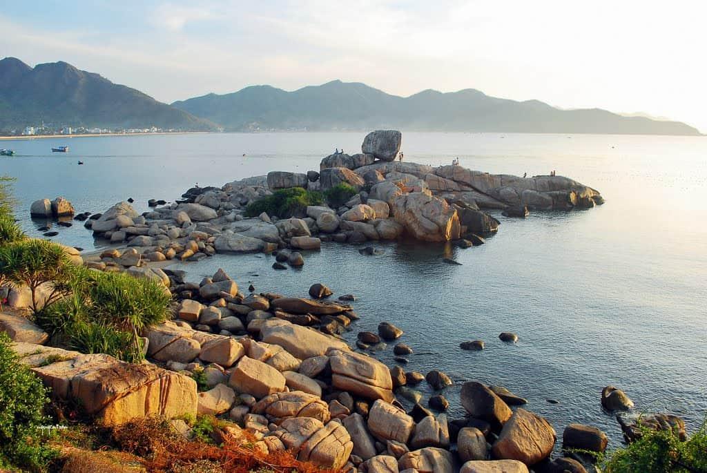 Vẻ đẹp của bờ biển Hòn Chồng. (Ảnh ST)