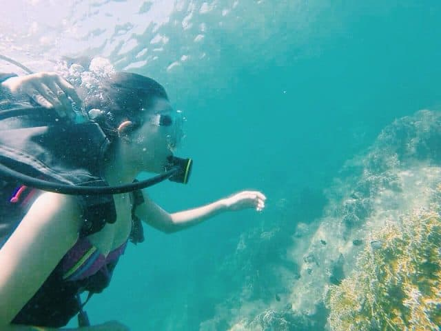 Cảm giác đeo kính bơi và úp mặt xuống nước bạn có thể thoả thích nô đùa với cá, ngắm nhìn san hô (Ảnh sưu tầm)