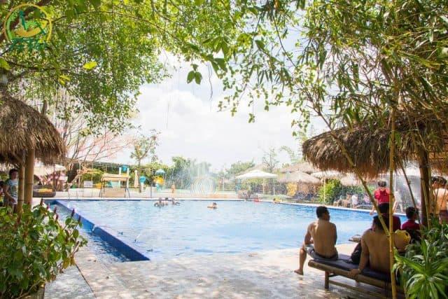 Bạn có thể nô đùa thỏa thích với bạn bè dưới làn nước xanh mát tại khu vực hồ bơi của The Bamboo (Ảnh: Làng Du lịch Tre Việt)