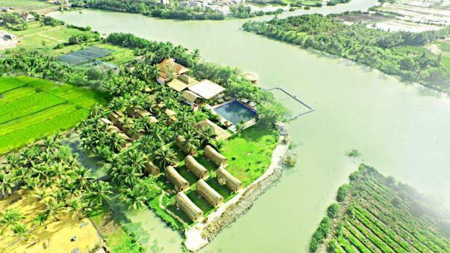 Bao quanh Làng Du lịch Tre Việt là một vùng sông nước mênh mông (Làng Du lịch Tre Việt)